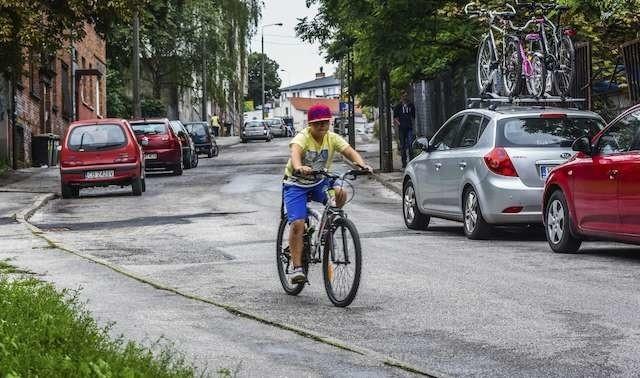 Ze stromej ulicy wiatrakowej i tak co dzień zjeżdżają rowerzyści, kontrapas teoretycznie mógłby nawet zwiększyć ich bezpieczeństwo