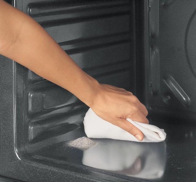 Czyszczenie piekarnikaDbając o czystość dużych sprzętów AGD, takich jak lodówka, pralka, piekarnik kuchenki czy zmywarka pamiętajmy także, by co jakiś czas odsunąć urządzenia i wyczyścić zgromadzony pod nimi kurz.