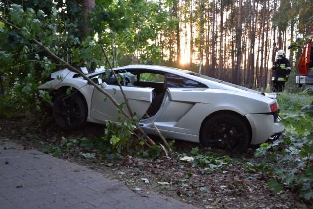 Wypadek wzbudził spore zainteresowanie okolicznych mieszkańców, ale nie tylko. Na drodze, w okolicach miejsca zdarzenia pojawiły się inne sportowe samochody, m.in. dwa auta maserati GT. Przejdź dalej i zobacz kolejne zdjęcia --->
