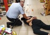 Nożownik w supermarkecie. Rzucił się na strażnika, użyto paralizatora (ZDJĘCIA)