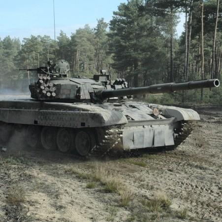 Na Karlikach pełno jest czołgów Twardy, których załogi ćwiczą strzelanie w dzień i w nocy.