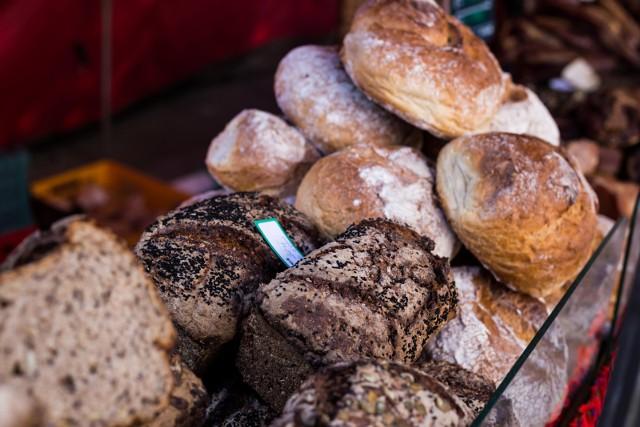 Przeciętnie bochenek chleba drożeje o 20 groszy, a niektórzy skarżą się, że za ulubioną bułkę muszą zapłacić nawet 10 groszy więcej