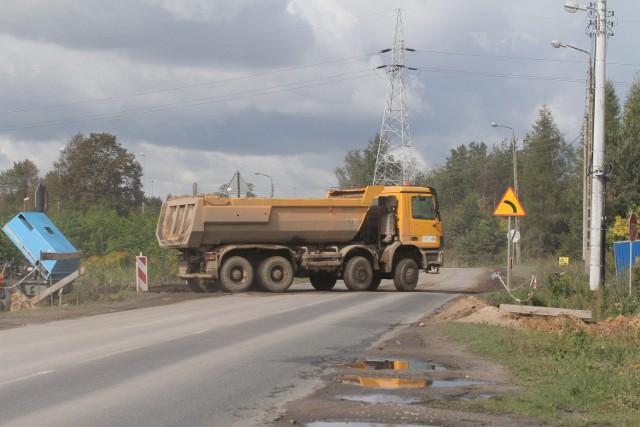 Błoto pokrywa Rokicińską przy wyjeździe z budowy A1