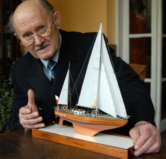 """Henryk Jaskuła z modelem """"Daru Przemyśla"""". Prawdziwy jacht zatonął u wybrzeży Kuby"""