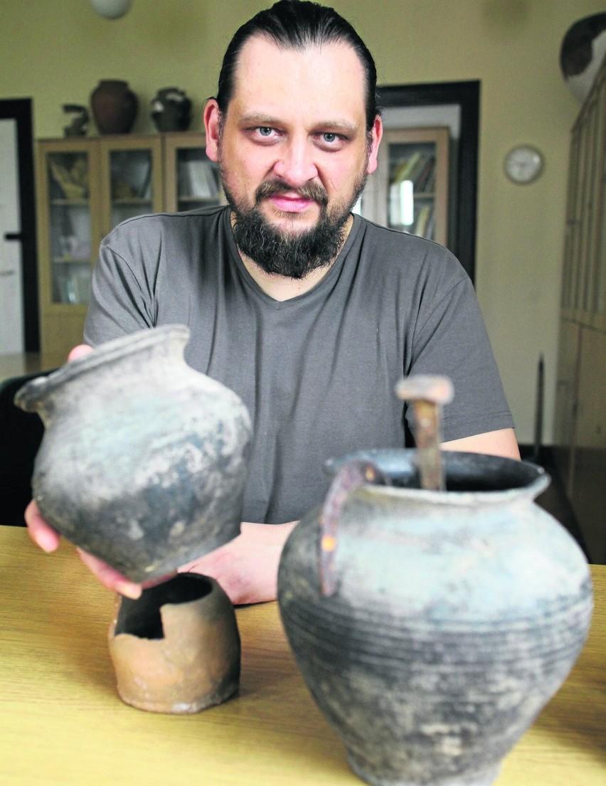 Dr Jerzy Sikora, archeolog z Uniwersytetu Łódzkiego, bada pozostałości po osadach z wczesnego średniowiecza wregionie łódzkim. To w nich pojawili się wyznawcy nowej religii - chrześcijaństwa