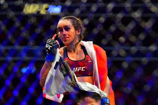 Joanna Jędrzejczyk nie zdołała odzyskać mistrzowskiego pasa UFC w wadze słomkowej.Sędziowie  podczas gali na UFC 248 niejednogłośnie orzekli zwycięstwo Chinki Weili Zhang. Polka pod koniec starcia, które odbyło się w  T-Mobile Arena w Las Vegas, miała bardzo koszmarne obrażenia twarzy.Teraz już widać poprawę, gwiazda UFC opublikowała aktualne zdjęcia, trzeba przyznać, że wygląda już bardzo dobrze, po poważnej kontuzji prawie nie ma śladu.Zobacz na kolejnych zdjęciach