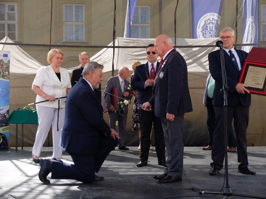 Prezes wielickiego PCRiP Roman Koszyk (z lewej) otrzymał Szablę Kilińskiego, najwyższe odznaczenie w rzemiośle