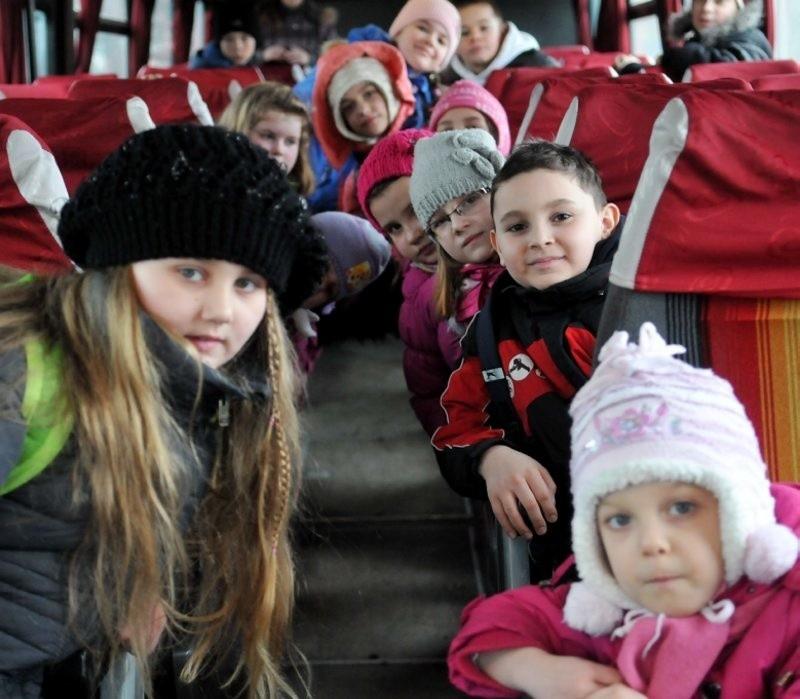 """Autobus PKS podjechał na przystanek koło """"jedynki"""" i zabrał dzieci do Klępska, ale zbytniego tłoku nie było. Obsługa pojazdu nic nie słyszała o jakichkolwiek zmianach."""