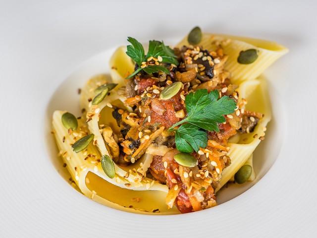 Wegetariański sos boloński to propozycja na szybki obiad.