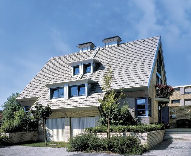 Dachówka betonowa czy ceramiczna. Czym się różnią?Dachówki betonowe zdaniem ekspertów dekarskich zapewniają nieco lepszą izolację akustyczną.
