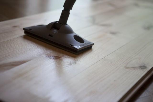 Lakierownie podłogi drewnianejZastosowanie aplikatora Zrób to sam do samodzielnego nakładania lakieru wodnego.
