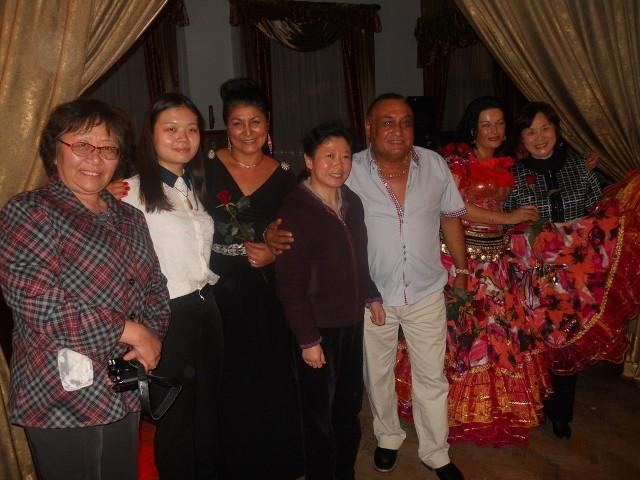 """Don Vasyl , Elza i Carmen oraz delegacja  Ogólnochińskiej Ligi Kobiet w ciechocińskiej restauracji """"Pałacyk"""".."""