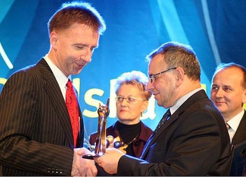 Hubert Palm z Izbicka odbiera Opolską Markę 2008 od marszałka Józefa Sebesty. Fot. Arch UMWO