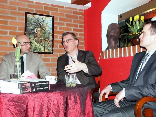 Sławomir Cenckiewicz (w środku) chętnie opowiadał o swoich książkach i planach