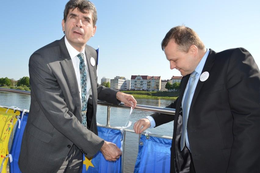 """Burmistrz Słubic Tomasz Ciszewicz ( po prawej) i nadburmistrz Frankfurtu Martin Wilke podczas inauguracji """"Dnia Europy""""."""