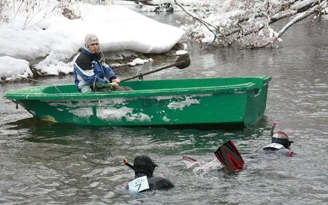 Uczestników zimowego spływu będą asekurować koledzy na łodziach.
