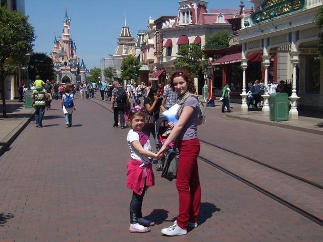 Wiktoria  - dzięki fundacji - mogła zwiedzić Disneyland.