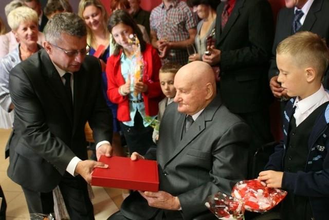 Okolicznościowy list gratulacyjny – grawerton przekazał dostojnemu jubilatowi wójt Kazimierz Skóra.