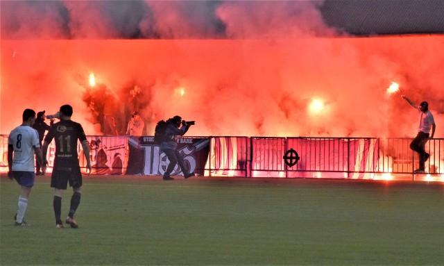 """IV liga małopolska: Unia Oświęcim - Beskid Andrychów 0:1. To były derby zachodniej Małopolski. Na zdjęciu: """"Oprawa świetlna"""" oświęcimskich kibiców."""