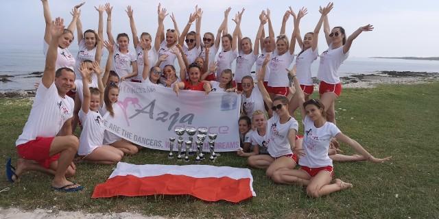 Nasze mistrzynie z łódzkiego klubu Azja Dance z opiekunami mają wiele powodów do radości