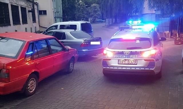 """W walkę z pijanymi kierowcami włączają się zwykli łodzianie. Dzięki nim złapano pijanego w polonezie i kobietę na skuterze. Na ul. Strykowskiej mężczyzna zauważył jadącego """"wężykiem"""" poloneza. Jechał za nim swoim autem i jednocześnie zadzwonił na policję. Dzięki niemu policyjny patrol na ul. Chryzantem odnalazł parkujący właśnie samochód, za kierownicą którego siedział 34-letni mężczyzna. Po zbadaniu jego trzeźwości alkomatem okazało się, że ma w organizmie prawie 2 promile alkoholu. W rozmowie z policjantami mężczyzna przyznał, że faktycznie tego dnia rano pił alkohol, lecz myślał, że w chwili rozpoczęcia podróży jest już trzeźwy. Mężczyzna stracił prawo jazdy. O KOBIECIE NA SKUTERZE CZYTAJ NA KOLEJNYM SLAJDZIE"""