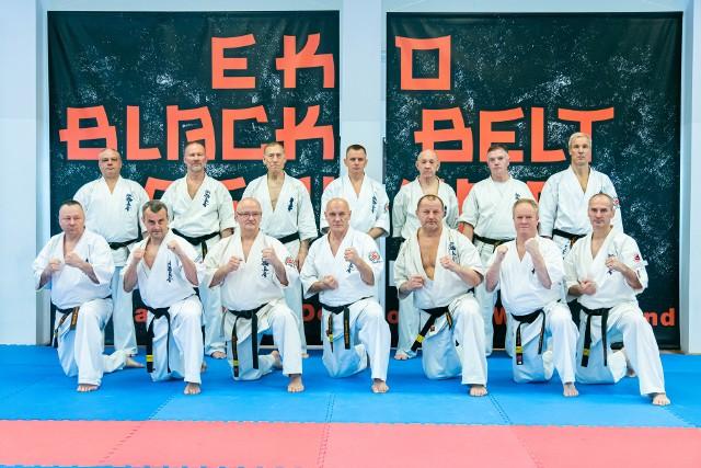 W Dojo Stara Wieś odbyło się seminarium czarnych pasów i kurs sędziowski zorganizowany przez Europejską Organizację Karate (EKO) i Polską Federację Karate Shinkyokushinkai (PFKS).W zgrupowaniu uczestniczyło ponad 200 osób z 15 państw, które pod okiem znakomitych instruktorów, między innymi takich jak: Brian Fitkin 8 dan i Howard Collins 8 dan, doskonaliło swoje umiejętności w kihon, kata i sędziowaniu konkurencji kata. W trakcie seminarium odbyły się poglądowe zawody kata kobiet i mężczyzn, które służyły weryfikacji poprawności wykonania poszczególnych układów obowiązujących w rywalizacji sportowej oraz poprawy jakości sędziowania.  Podczas pierwszego treningu odbyło się wręczenie certyfikatów i pasów osobom, które w ostatnim czasie pomyślnie zdały egzamin na kolejny stopień dan.Wśród tych osób nominowanych były również osoby z naszego regionu: Zbigniew Zaborski, Sebastian Kozieł, Adrian Kazimierczak i Michał Kletowski. Wszyscy uczestnicy  podkreślali dobrą atmosferę , profesjonalizm organizacyjny i sportowy. Była to już trzecia edycja EKO Black Belt Seminar zorganizowana przez EKO i PFKS w Polsce w przepięknym ośrodku Dojo Stara Wieś, gdzie odbędzie się również kolejna edycja w przyszłym roku.Uczestnikami szkolenia było również ok. 15 sempai i sensei z regionu świętokrzyskiego. W bezpośrednim komitecie organizacyjnym znajdował się Tomasz Kęćko z Kieleckiego Klubu Sportowego Karate.(dor)