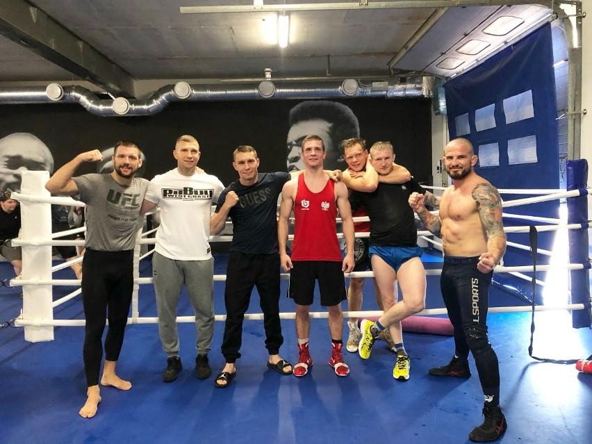 Damian Wrzesiński (z prawej) z trenerem KS Sporty Walki...
