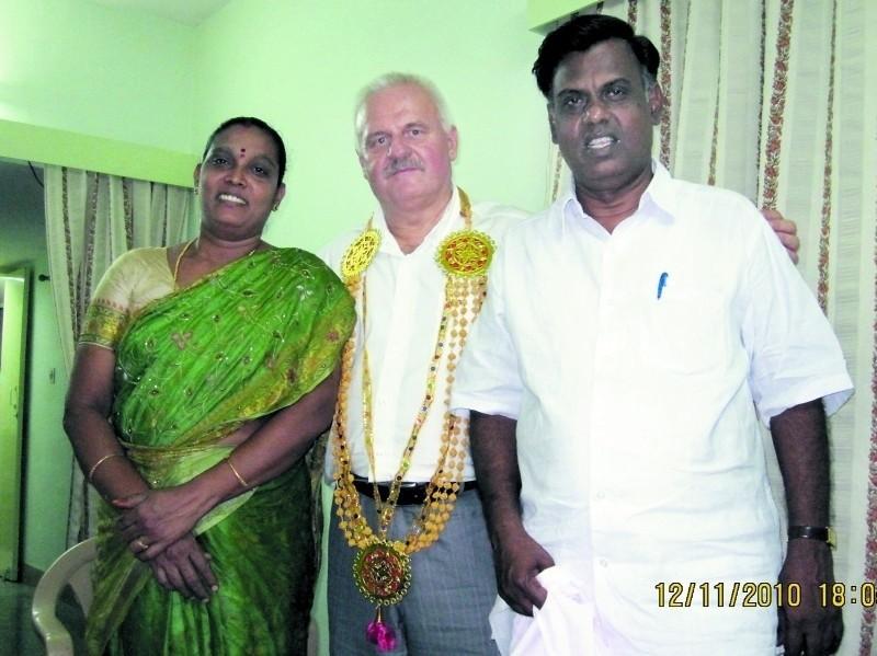 Na zdjęciu z rodzinnych zbiorów: Andrzej Szymański z przyjaciółmi w Indiach.