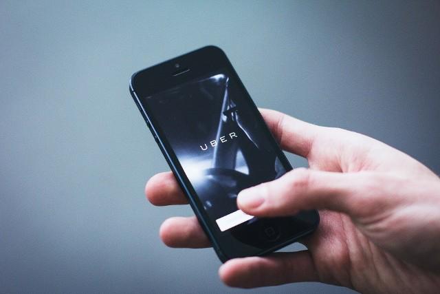 """LEX UBER. 1 stycznia 2020 roku w życie weszła popularna już od dawna nowelizacja ustawy o transporcie drogowym, potocznie nazywana """"Lex Uber"""". W ten sposób rząd chce zwalczać działalność szarej strefy przewozu osób. W teorii zmiany te spowodowały, że takie aplikacje, jak Bolt czy Uber stały się właśnie nielegalne. Co uległo zmianom? Sprawdź!"""