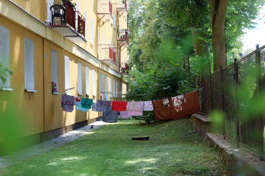 Gorzej wypadają przy praniu tkanin naturalnych i tu występują między nimi większe rozbieżności.