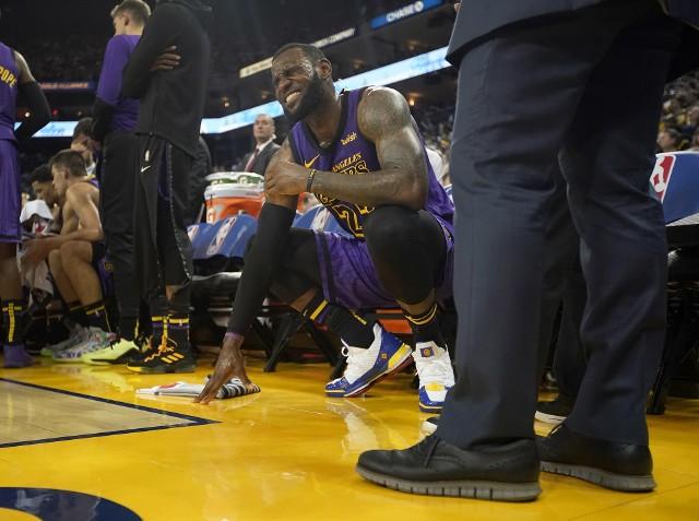 LeBron James doznał urazy pachwiny podczas meczu Los Angeles Lakers z Golden State Warriors.