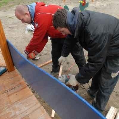 Młodzi mieszkańcy os. Pomorskiego mają powody do radości. Nie dość, że powstała dla nich saneczkowa górka, to jeszcze fachowcy zbudowali nowy plac zabaw. Cały z drewna. Pracownicy firmy Inter-Flora, Damian Dybowski i Piotr Zalewski montują właśnie ostatnie urzadzenia.