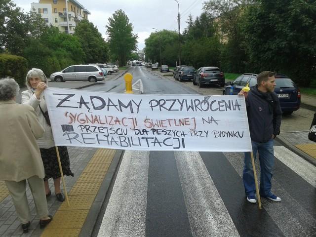 Seniorzy blokują Chwarznieńską