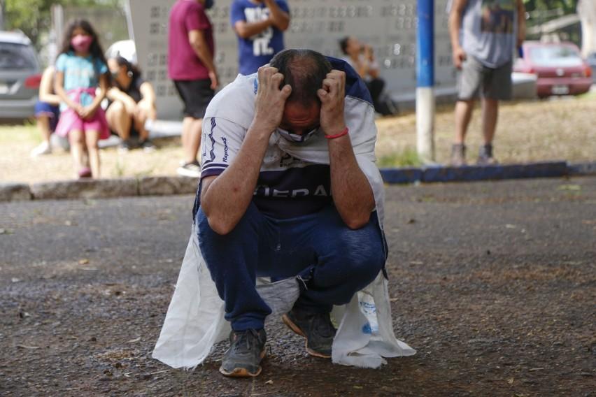 Fan opłakuje swego idola przed klubem Gimnasia y Esgrima w...