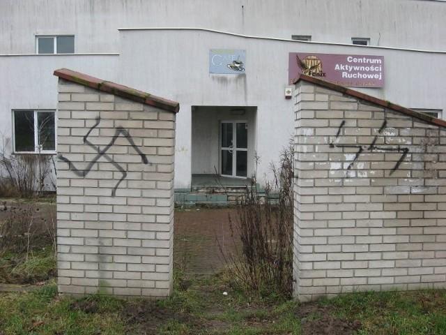 Biała siła, swastyki, celtyckie krzyże, od tych nazistowskich symboli aż roi się na osiedlu.
