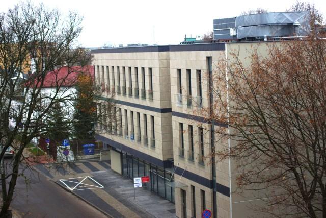 Budynek usługowo-biurowy – postawiony przez FADBET S.A. przy ul. Stołecznej 2 w centrum Białegostoku – jest trzykondygnacyjny,  z garażem podziemnym i zjazdem  oraz niezbędną infrastrukturą techniczną (w tym centralna klimatyzacja)