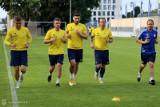 Arka Gdynia wróciła na boisko. Ikona klubu zostaje. Kontrowersje wokół zatrudnienia nowego obrońcy