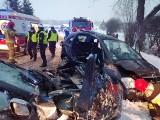 Wypadek w Dębówce. Trzy młode osoby były zakleszczone w samochodzie