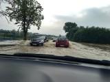Zakopianka pod wodą! W Głogoczowie zalało jezdnię, droga była zablokowana