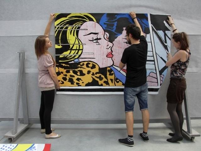 """Gabriela Sztrom, Łukasz Gryniewicki i Katarzyna Orzechowska (na zdjęciu od lewej) mówią, że kopię słynnego obrazu """"In the car"""" robili w ten sposób, że najpierw obrysowali ołówkiem kontury wyświetlone z rzutnika, a później pokolorowali wszystko farbami. Efekt czerwonych kropek na twarzach postaci osiągnęli przy pomocy kartki podziurawionej wcześniej dziurkaczem."""