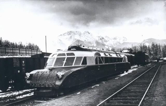 Nowoczesny pociąg dowoził do Zakopanego bogatych letników. Zimą montowano w nim specjalny kufer na narty