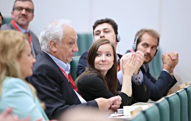 """Trzydniowe, najważniejsze w Polsce, spotkanie praktyków i teoretyków biznesu, odbywa się w murach Uniwersytetu Ekonomicznego w Krakowie pod hasłem """"Lokalne  zasoby biznesowe a globalna działalność firm"""". Dyskutanci podkreślają, że globalna gospodarka jest w Krakowie i Małopolsce, obok nas, a nie """"gdzieś tam w świecie"""". Dzieki temu młodzi ludzie mogą zostać w Krakowie i odsetek tych, którzy się na to decydują, rośnie, podobnie jak tych, którzy przyjeżdżają pod Wawel z innych zakątków Polski, a ostatnio coraz częściej - Europy. Trudno o pracę w Hiszpanii, Włoszech, Portugalii, Skandynawii, więc młodzi ludzie znajdują ją w Krakowie."""