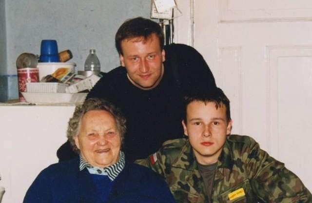 """Jadwiga Baranowska z """"wnukami"""", jak nazywała odwiedzających ją harcerzy"""