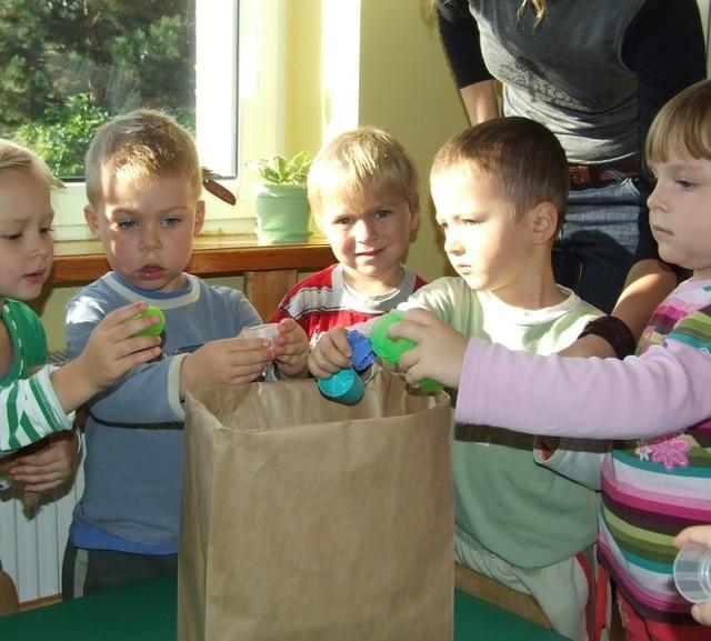 Mali polkowiczanie Julka, Kacper, Alex, Adian i Jola mają po trzy lata. Uczą się ochrony środowiska