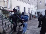 Gniezno: Policyjni łowcy głów zatrzymali poszukiwane małżeństwo. Mąż i żona mieli przy sobie atrapy broni