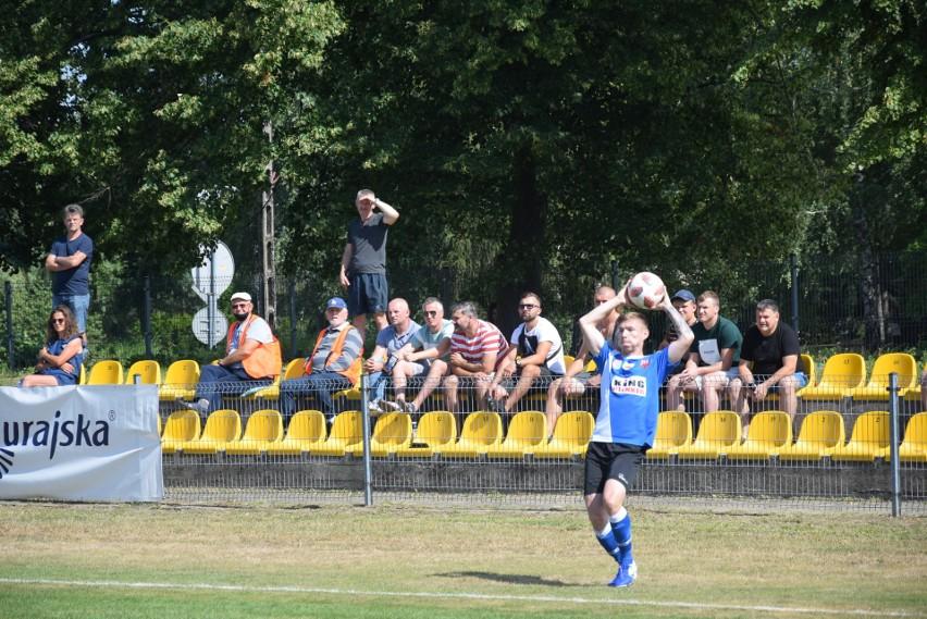 Piłkarze Oskara Przysucha (z piłką Przemysław Wicik) zagrają w sobotę z Tygrysem w Hucie Mińskiej.