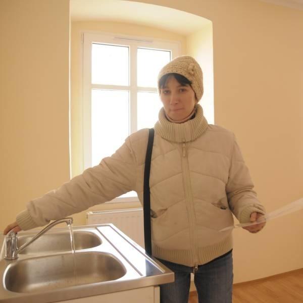 Anna Jabłońska z wielką radością oglądała swoje mieszkanie. Już niebawem się do niego przeprowadzi.