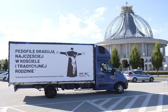 """""""AntyHomofobus"""" to akcja zespołu Świeckie Państwo Rady Konsultacyjnej działającej przy Ogólnopolskim Strajku Kobiet. W jej ramach uczestnicy jeżdżą po Polsce i komentuje wnioski płynące z niedawno opublikowanego raportu Państwowej Komisji ds. Pedofilii. Zobacz, jak wygląda ich specjalny bus!"""