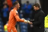 """Bramkarz Glasgow Rangers wyrzucony z boiska za kopnięcie rywala. Trener Steven Gerrard wściekły. """"Nie mam już pomysłu, co zrobić"""" [WIDEO]"""