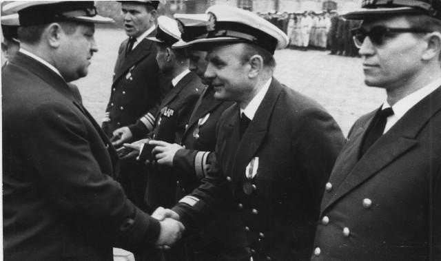 Władysław Przybył odszedł ze służby w stopniu komandora porucznikaW latach młodości doktor odbywał szkolenia lekarzy wojskowych na okrętach w Gdańsku i Gdyni.Dzisiajdoktor dużo czyta, cieszy się z długiegożycia, choćprzyznaje, że wiek robi swoje